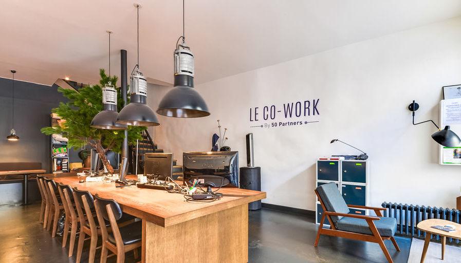Espace de travail dans espace de coworking coloré et chaleureux à Paris
