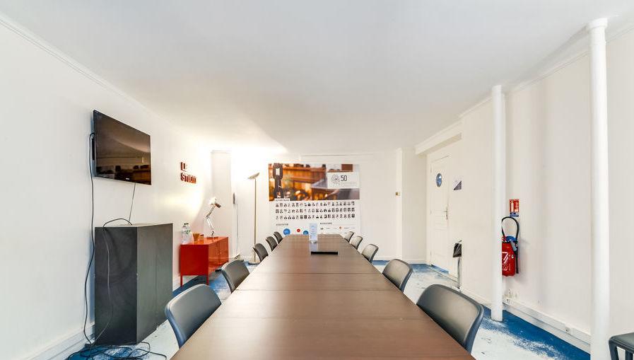 Salle de réunion spacieuse avec bureau en location paris