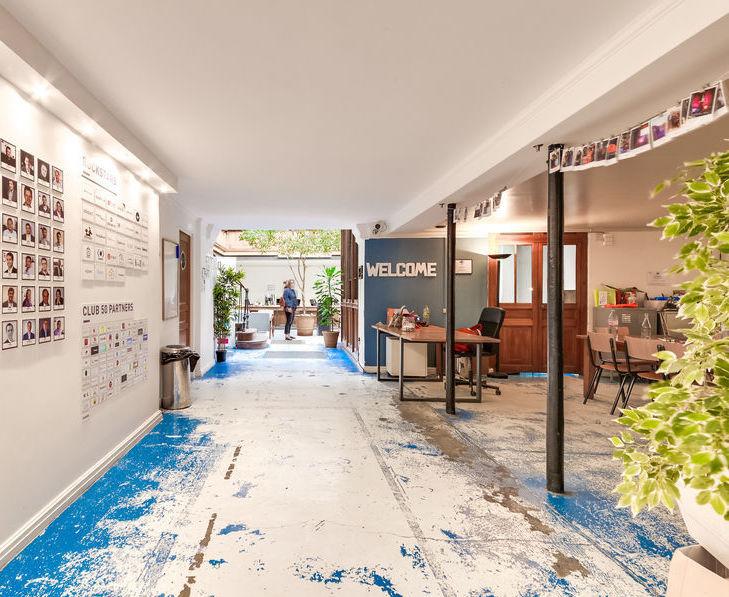 Couloir spacieux dans espace de travail en coworking à Paris