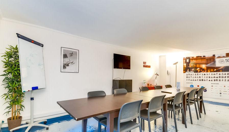 Salle de réunion large et lumineuse avec location bureau Paris