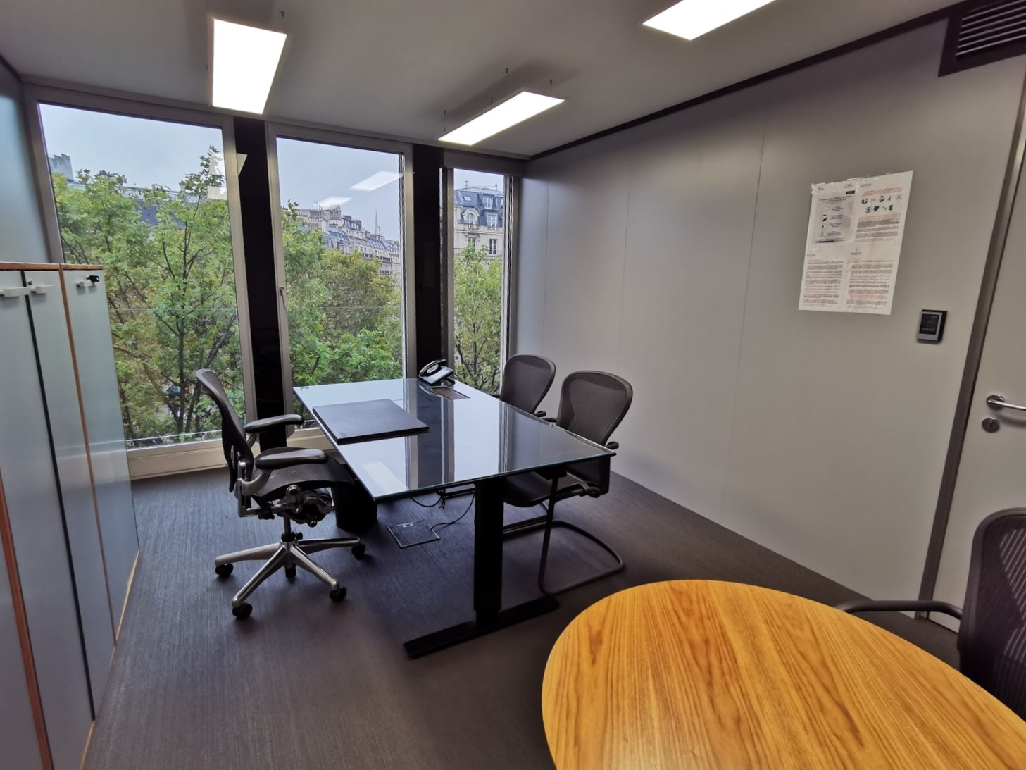 Private office overlooking a green environment