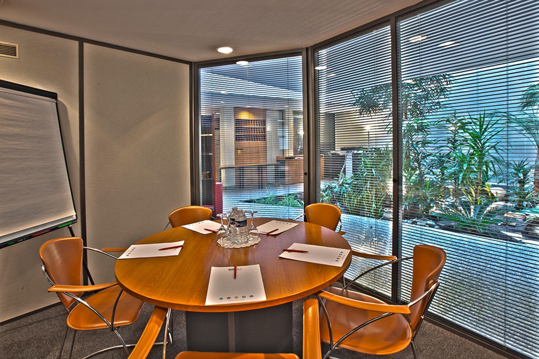 salle de réunion chaleureuse pour cinq personne avec meuble en bois levallois-Perret