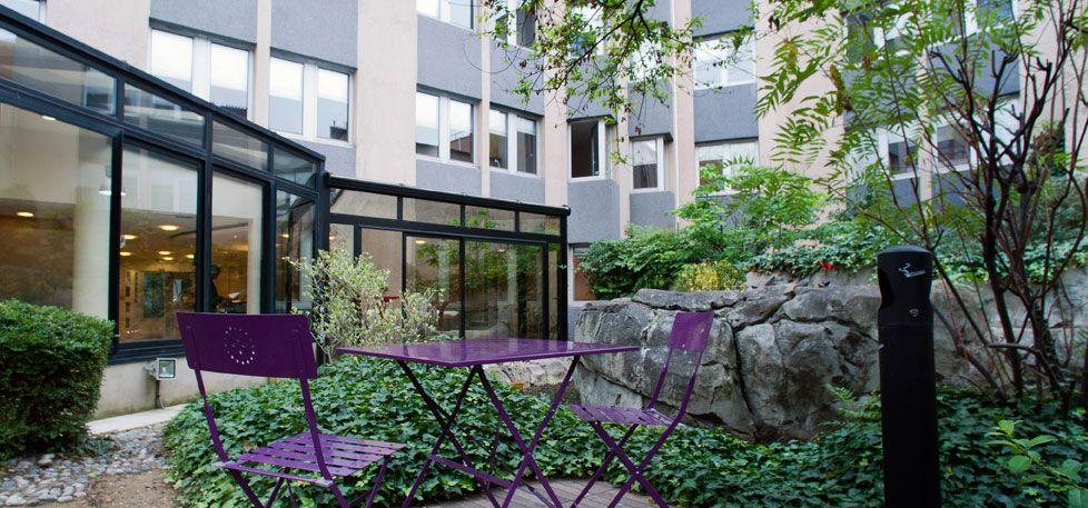 espace de détente à l'extérieur du centre d'affaire dans un espaces vert et fleuri à boulogne-Billancourt