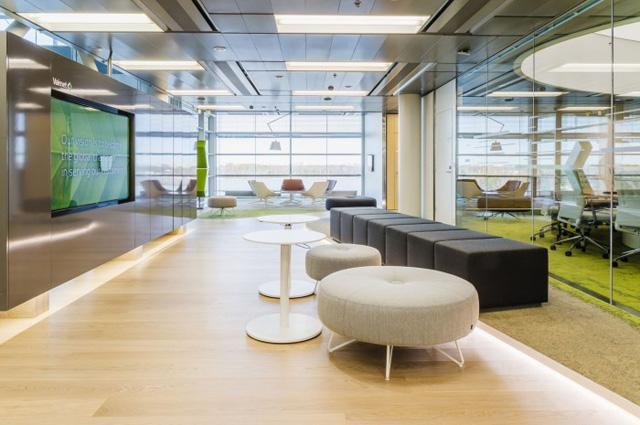 espace de détente avec siège confortable et télé écran plat et un mobilier de bureau moderne coloré au couleurs naturels et une atmoshpère douce à suresnes