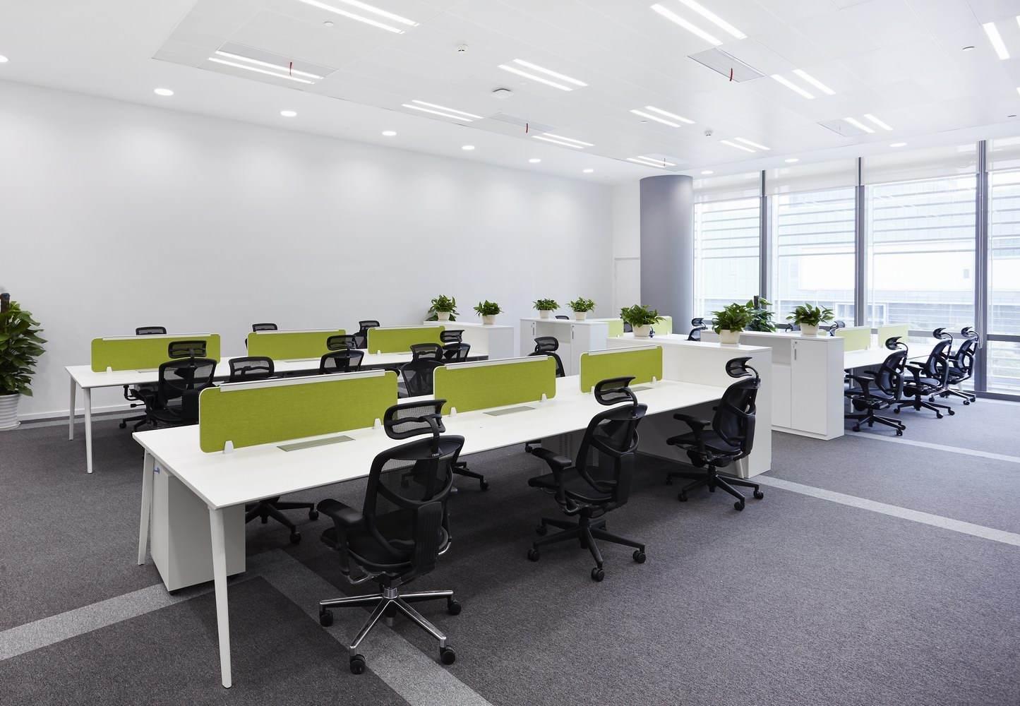 bureau à louer dans un espace de coworking en open space à Paris dans un environnement simple et naturel