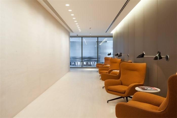 espace de détente et d'attente avec siège confortable et magazine à Paris