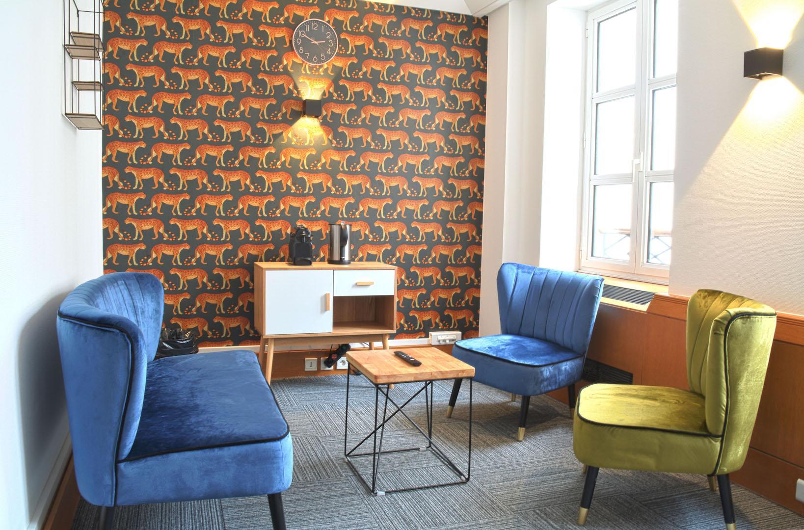 espace de détente avec fauteuil confortable et coloré et une ambiance chaleureuse