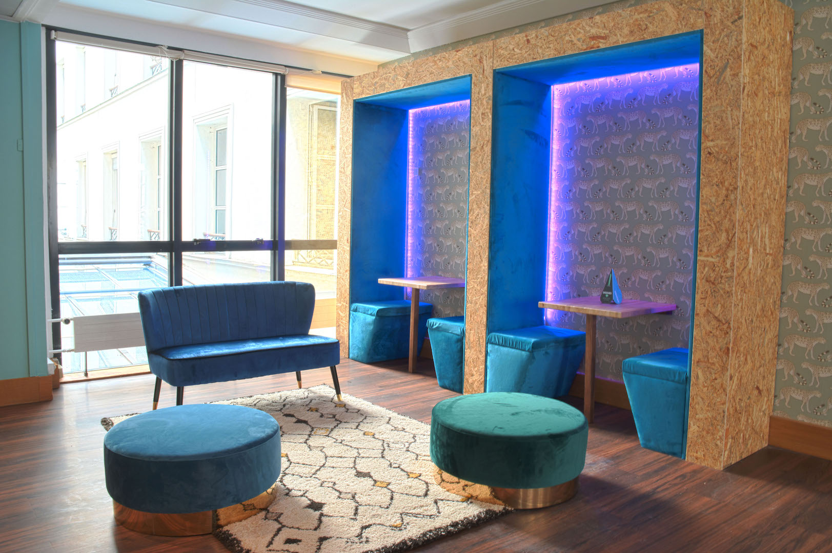 espace de détente et de convivialité moderne et chaleurese au mobilier design et coloré à Paris