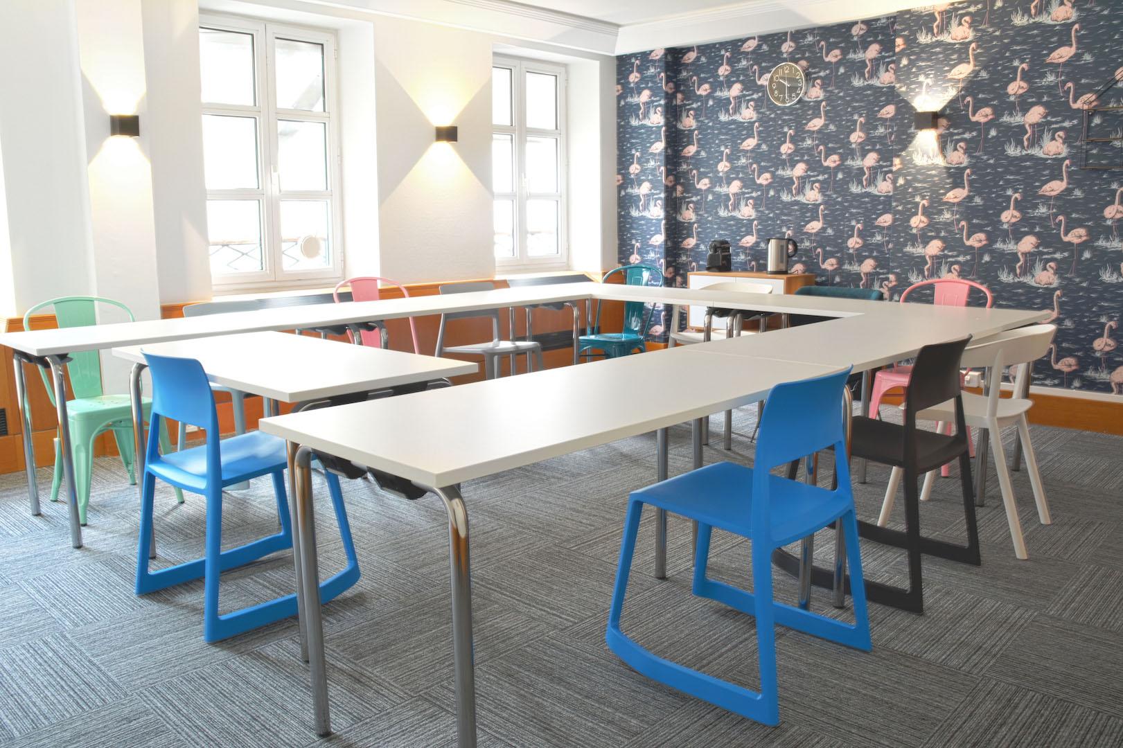 salle de réunion pour quatorze personnes dans un espace spacieux et lumineux à la décoration atypique et colorée à louer dans Paris