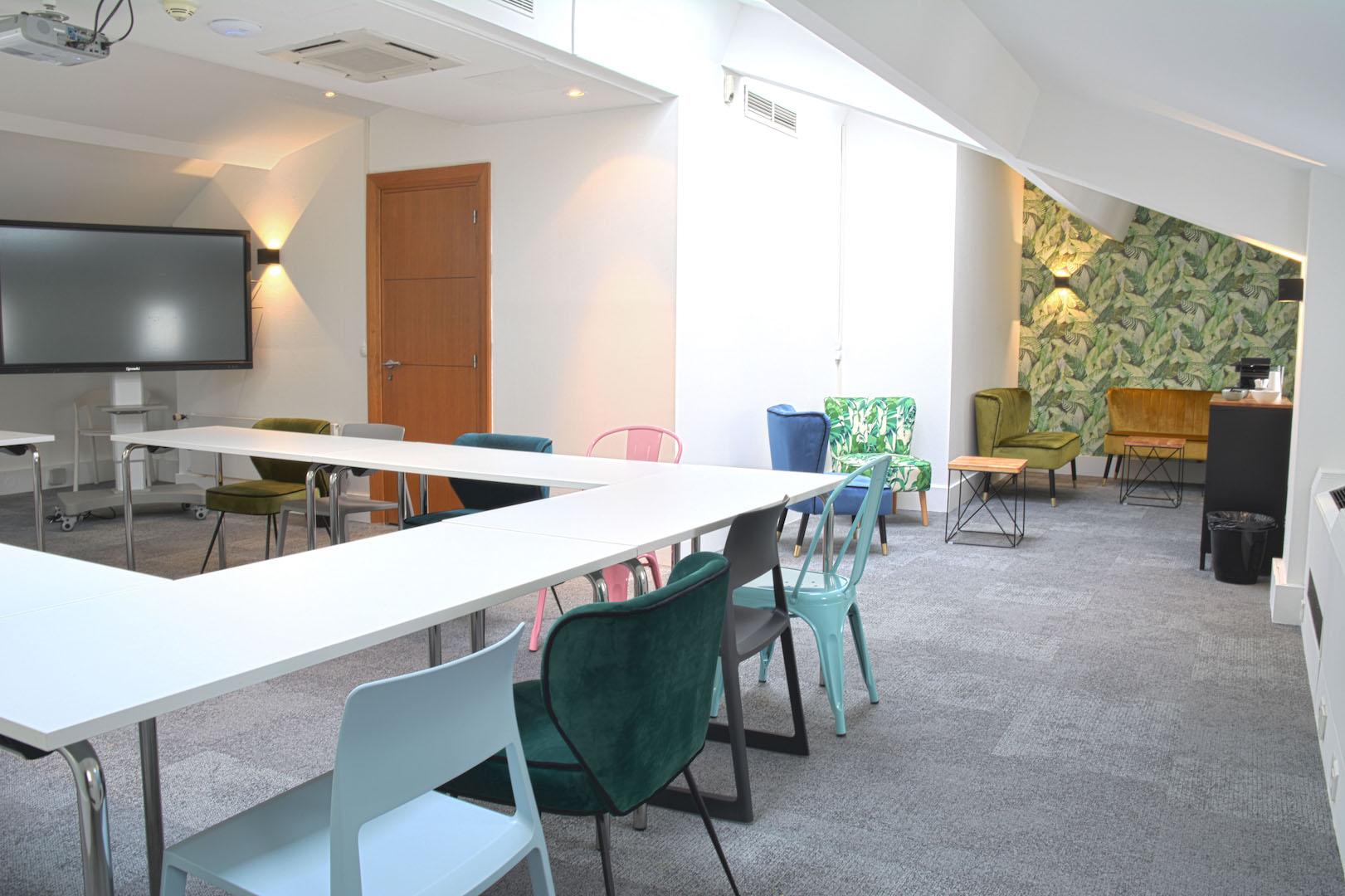 salle de réunion pour plus de quinze personnes dans une salle spacieuse et bien décoré disposant d'une télé écran plat, d'un vidéoprojecteur, d'une cafetière et d'un coin détente à louer à Paris