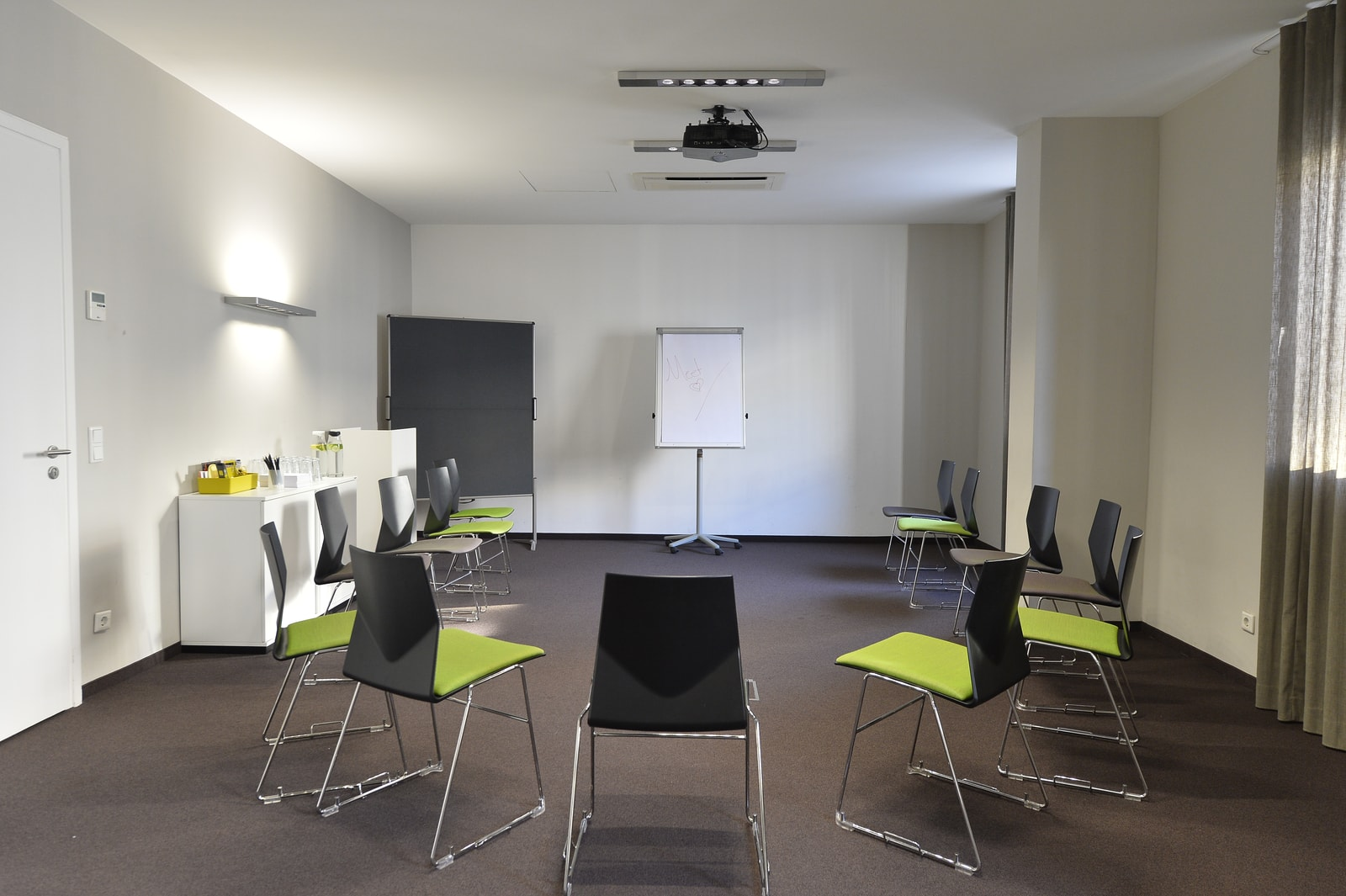 Office spaces for small groups and project groups