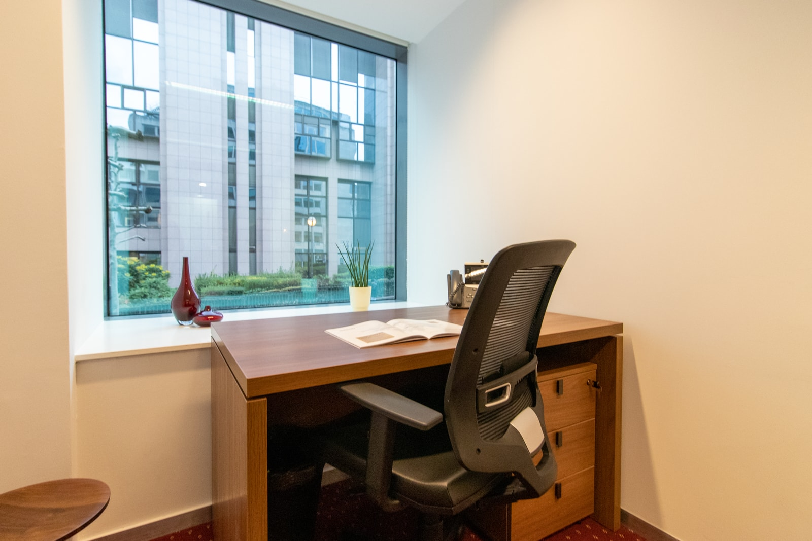 De meeste kantoren hebben het bureau tegen de ramen aan