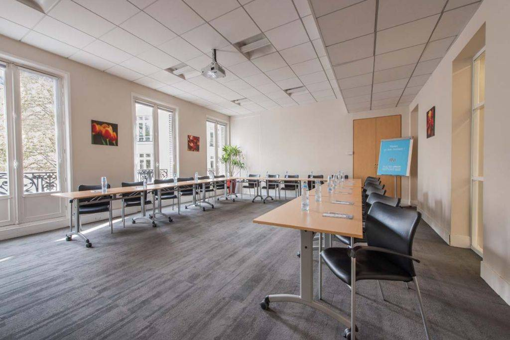 air conditioning, access to a kitchen and meeting room