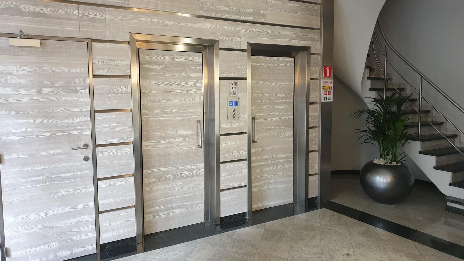 Lift en trap aanwezig in het kantoorpand