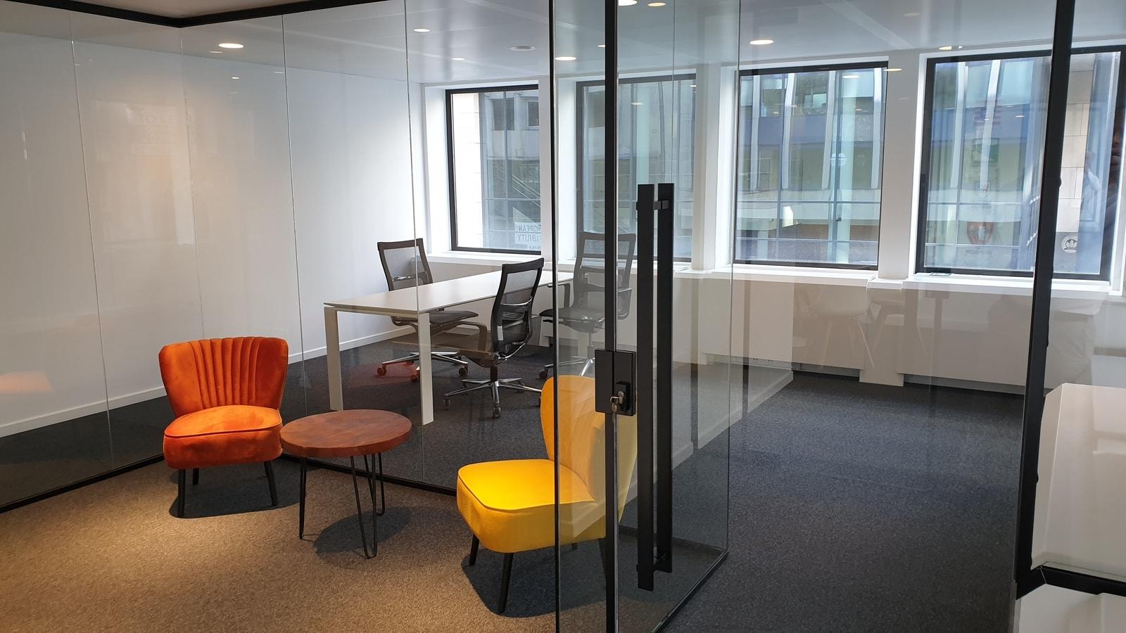 Kantoorunit met bureau en loungestoelen