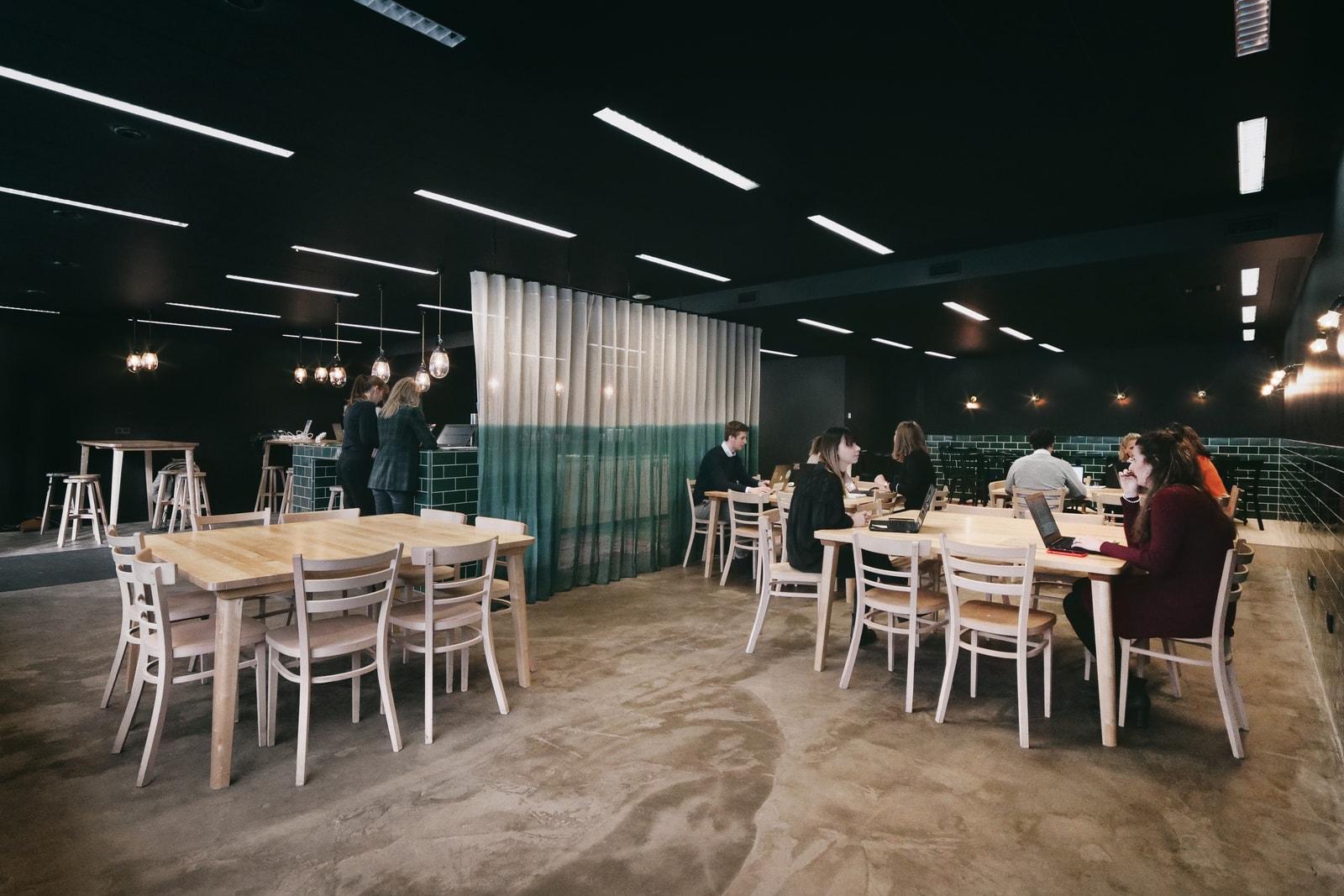 Gemeenschappelijke lunchruimte met diverse tafels